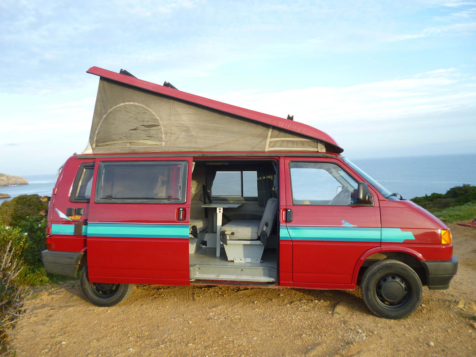roter vw bus beachbus portugal vw bus vermietung in. Black Bedroom Furniture Sets. Home Design Ideas